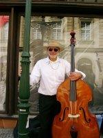 V červenci 2009 hrál Tom v Celetné, šla kolem Juliette s Franzem a vyfotili ho.